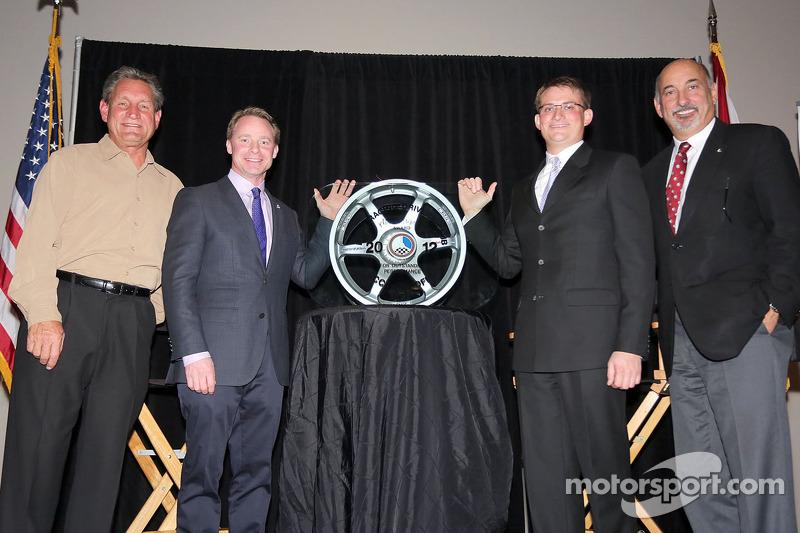 Cliff White krijgt de RRDC Mark Donohue Award van Dorsey Schroeder, David Donohue en Bobby Rahal