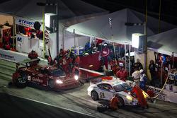 PIt stop for #59 Brumos Racing Porsche GT3: Andrew Davis, Leh Keen, Marc Lieb, Bryan Sellers e #99 GAINSCO/Bob Stallings Racing Corvette DP: Jon Fogarty, Alex Gurney, Memo Gidley, Darren Law