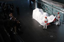 Sergio Perez und Jenson Button enthüllen den McLaren MP4-28