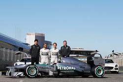 Toto Wolff, Mercedes AMG F1 accionista y Director Ejecutivo; Lewis Hamilton, Mercedes AMG F1 y compañero de equipo Nico Rosberg, Mercedes AMG F1; Ross Brawn, Mercedes AMG F1 Team Principal; con el nuevo Mercedes AMG F1 W04
