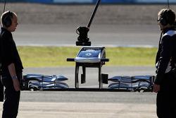 Mecânico da Williams segura uma nova asa dianteira