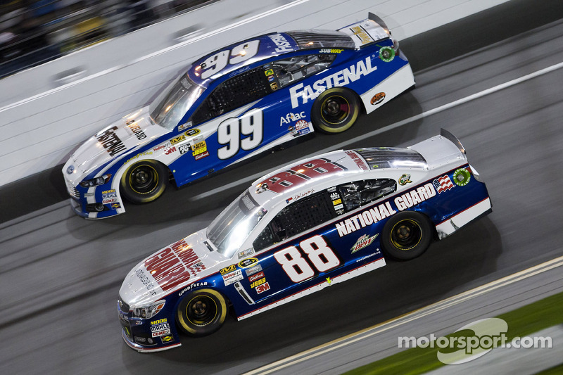 Dale Earnhardt Jr., Hendrick Motorsports Chevrolet en Carl Edwards, Roush Fenway Racing Ford