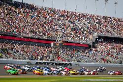 Largada: Danica Patrick, Stewart-Haas Racing Chevrolet lidera o pelotão