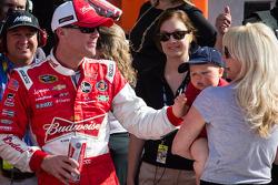 Pós-corrida: o vencedor Kevin Harvick, Richard Childress Racing Chevrolet, comemora com a esposa DeL