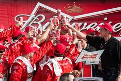 Pós-corrida: membros da equipe de Richard Childress Racing comemoram