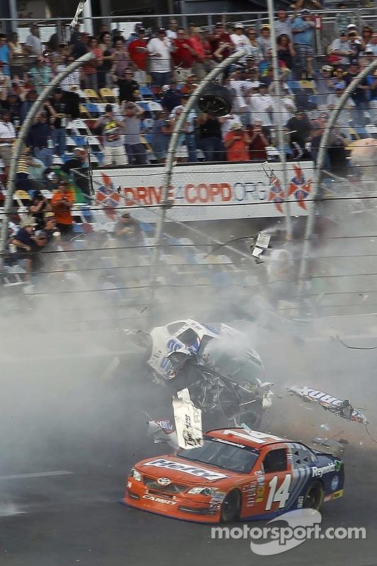 Crash in de laatste ronde: Kyle Larson raakt de muur, terwijl Eric McClure voorbij komt