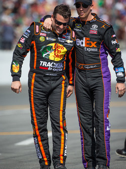 Tony Stewart, Stewart-Haas Racing Chevrolet e Denny Hamlin, Joe Gibbs Racing Toyota