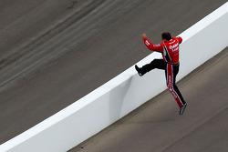 Ryan Newman, Stewart-Haas Racing Chevrolet springt over de muur na zijn uitvalbeurt