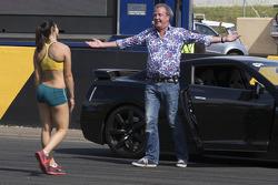 Австралійська спортсменка Мішель Дженнеке біжить проти Джеремі Кларксона