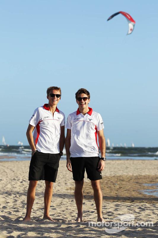 Max Chilton, Marussia F1 Team com parceiro Jules Bianchi, Marussia F1 Team na praia