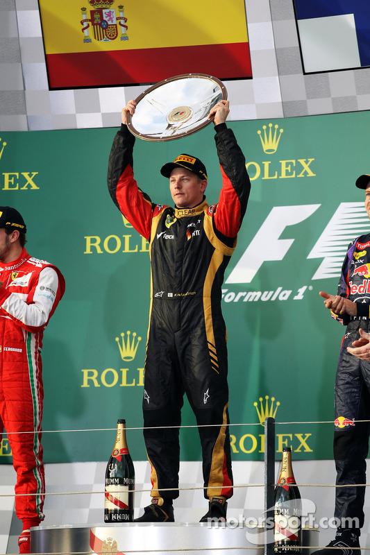 Racewinnaar Kimi Raikkonen, Lotus F1 Team viert het resultaat op het podium