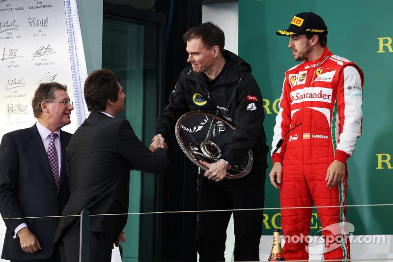 Alan Permane, Renault Race Engineer krijgt zijn beker op het podium van Arnaud Boetsch, Rolex Communication en Image Director