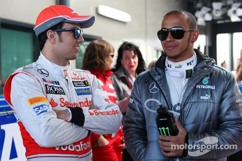 (L naar R): Sergio Perez, McLaren met Lewis Hamilton, Mercedes AMG F1