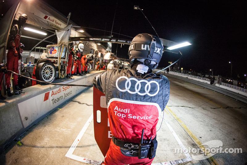 Audi Sport Team Joest teamlid klaar voor een pitstop