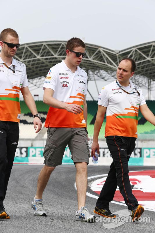 Paul di Resta, Sahara Force India F1 caminha no circuito com Gianpiero Lambiase, Sahara Force India F1 engenheiro