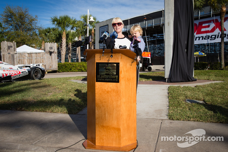 Onthulling Dan Wheldon Memorial en Victory Circle: Susie Wheldon en zoon Sebastian