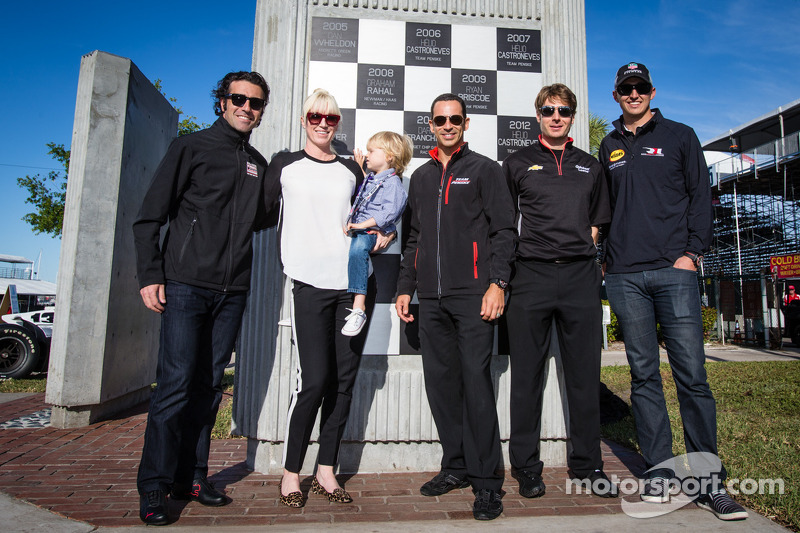 Onthulling Dan Wheldon Memorial en Victory Circle: Susie Wheldon met Grand Prix of St. Petersburg-winnaars Dario Franchitti, Helio Castroneves, Will Power en Graham Rahal