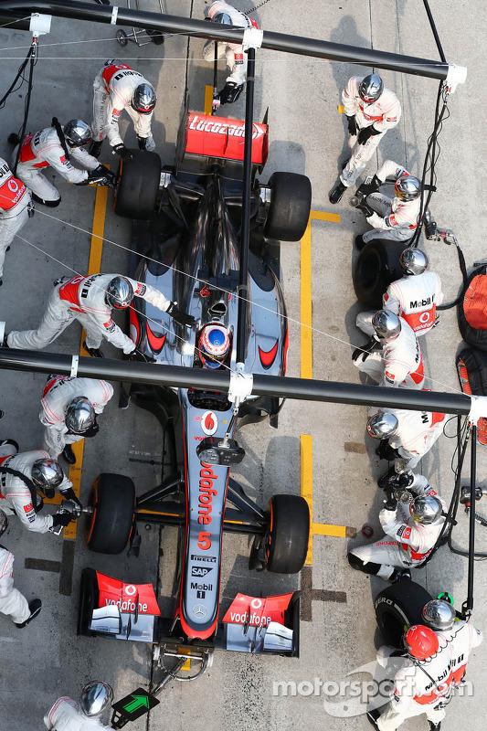 Jenson Button, McLaren MP4-28 faz o pit stop