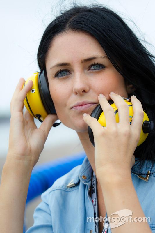 Kirsten Dee, namorada do James Hinchcliffe, assiste o final da corrida