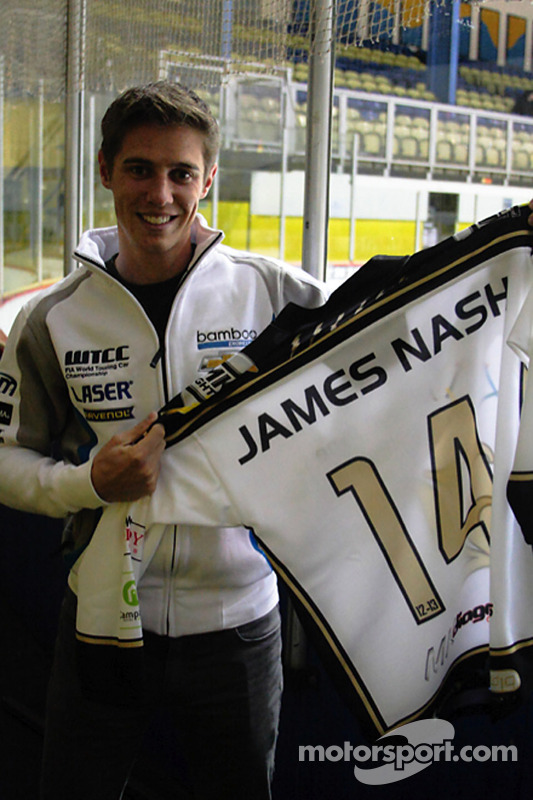 James Nash, Bamboo Engineering com uma camiseta de Hockey