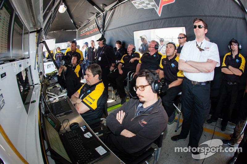 Corvette Racing teamleden bekijken de kwalificatie