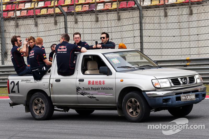 Daniel Ricciardo, Scuderia Toro Rosso krijgt een lieft terug naar de pits