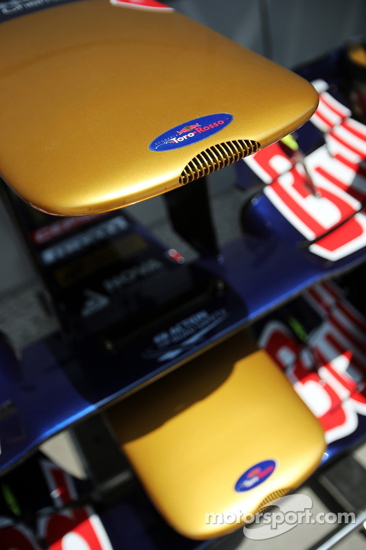 Scuderia Toro Rosso STR8 asa dianteiras