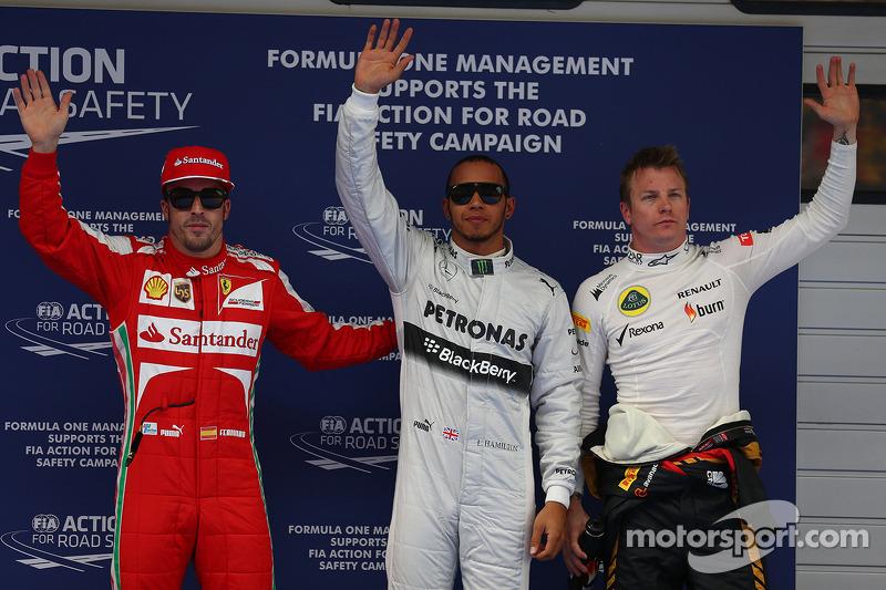 Ganador de la pole position Lewis Hamilton, Mercedes AMG F1, segundo Kimi Raikkonen, Lotus F1 Team y tercero Fernando Alonso, Ferrari
