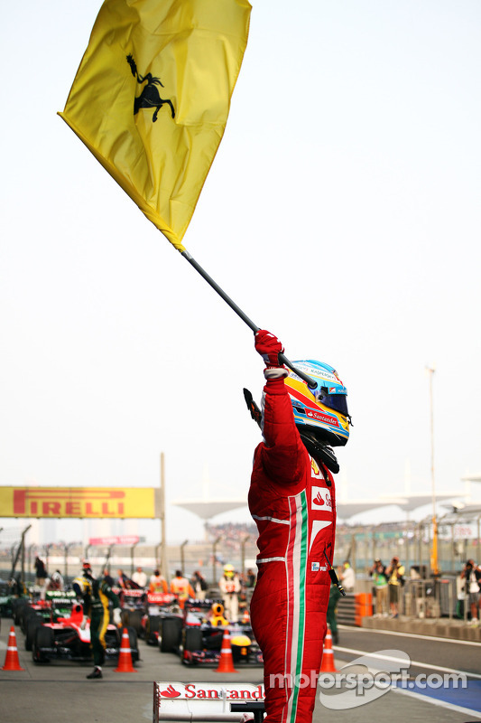 O vencedor Fernando Alonso, Ferrari comemora no parque fechado