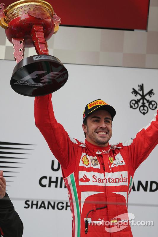 O vencedor Fernando Alonso, Ferrari comemora no pódio