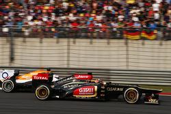 Kimi Raikkonen, Lotus F1 E21 and Paul di Resta, Sahara Force India VJM06 battle for position