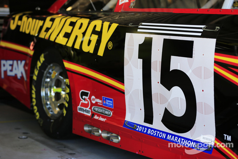 Clint Bowyer, Michael Waltrip Racing Toyota eren de slachtoffers van de Boston Marathon bombing