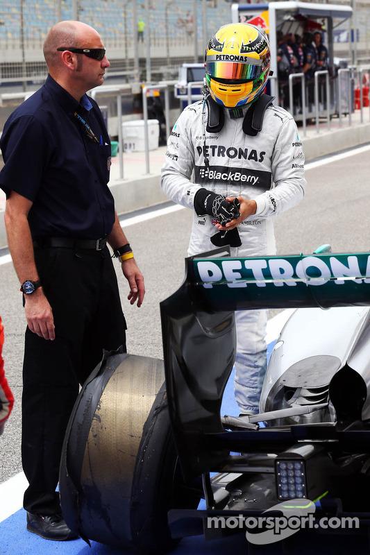 Lewis Hamilton, Mercedes AMG F1 W04 retorna aos boxes depois de sofrer uma delaminação pneu traseiro e danos suspensão no final da terceira sessão de treinos