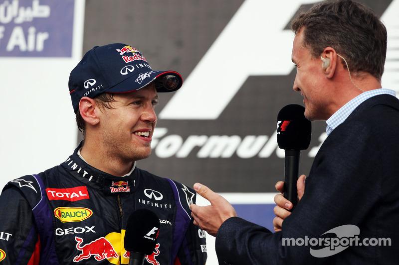 O vencedor Sebastian Vettel, Red Bull Racing no pódio com David Coulthard, Red Bull Racing e Scuderia Toro Advisor / BBC Television Commentator
