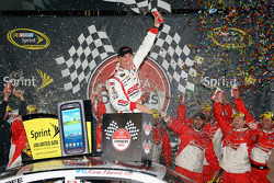 Victory lane: race winner Kevin Harvick, Richard Childress Racing Chevrolet