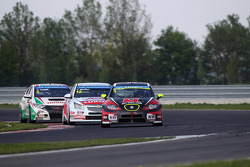 Robert Huff, SEAT Leon WTCC, ALL-INKL.COM Münnich Motorsport leads Yvan Muller, Chevrolet Cruze 1.6T, RML