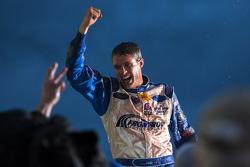Victory lane: racewinnaar David Ragan, Frontrow Motorsports Ford