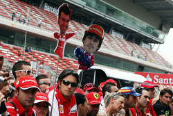 Fernando Alonso, Ferrari fans at the pit lane walkabout