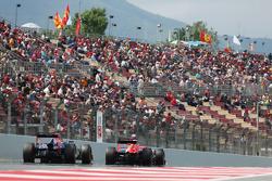 (Da esquerda para direita): Sebastian Vettel, Red Bull Racing RB9, e Jules Bianchi, Marussia F1 Team MR02