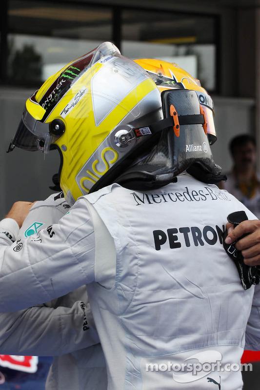 (Da esquerda para direita): Lewis Hamilton, Mercedes AMG F1, com o pole Nico Rosberg, Mercedes AMG F1, no parque fechado