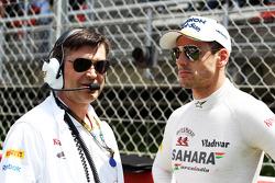 (Da esquerda para direita): Bradley Joyce, engenheiro de corridas da Sahara Force India F1, com Adrian Sutil, Sahara Force India F1, no grid