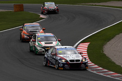 Tom Coronel, BMW E90 320 TC, ROAL Motorsport  leads Tiago Monteiro, Honda Civic Super 2000 TC, Honda Racing Team Jas