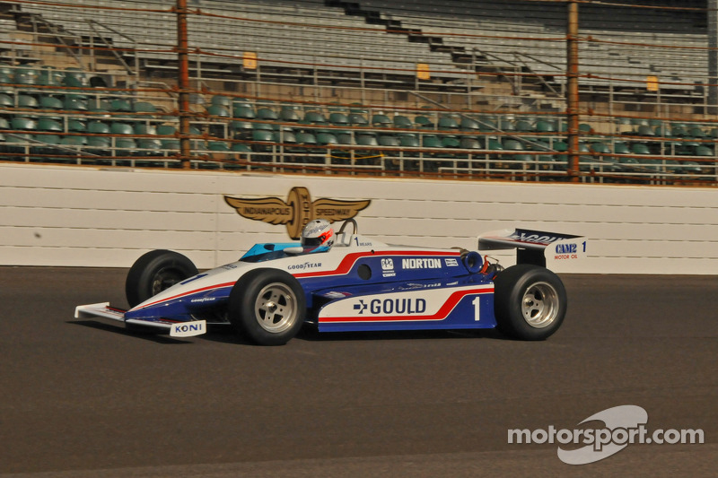 Chris Dyson in een vintage Indy racer