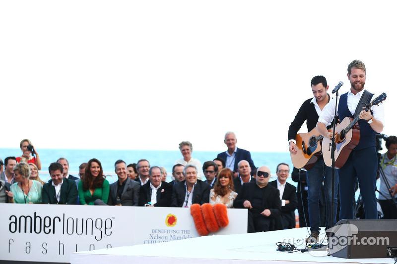 Bryan McFadden, zanger treedt op bij de Amber Lounge Fashion Show
