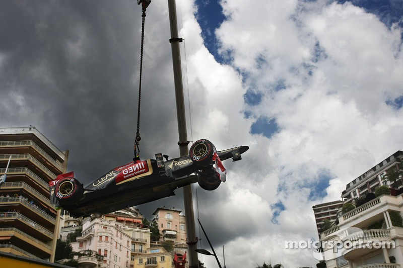 The Lotus F1 E21 of Romain Grosjean, Lotus F1 Team is craned away after he crashed in the third practice session