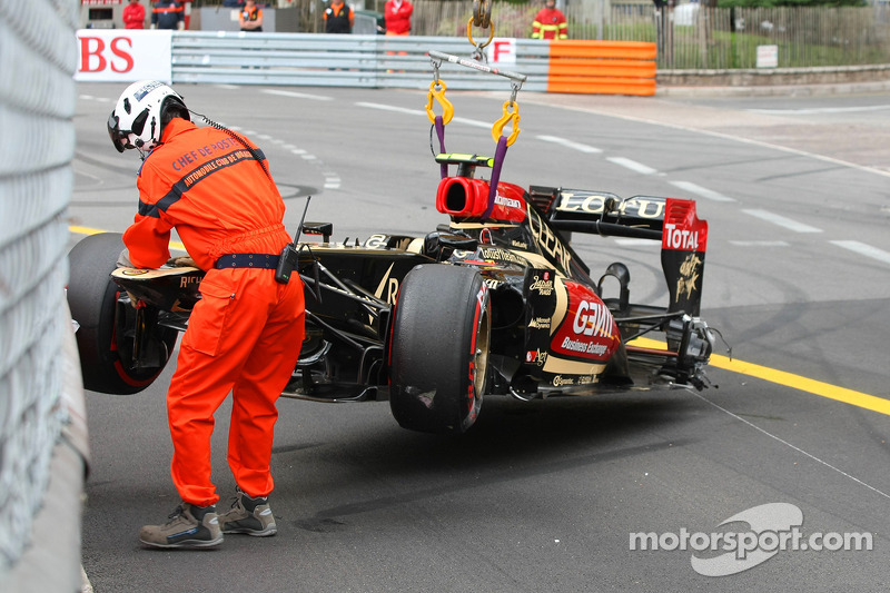 The Lotus F1 E21 of Romain Grosjean, Lotus F1 Team is craned away after he crashed in the third prac