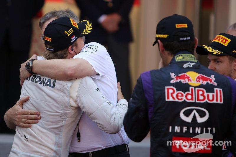 Ganador de la carrera Nico Rosberg, Mercedes AMG F1 celebra con Ross Brawn, jefe de equipo de F1 Mercedes AMG en parc ferme