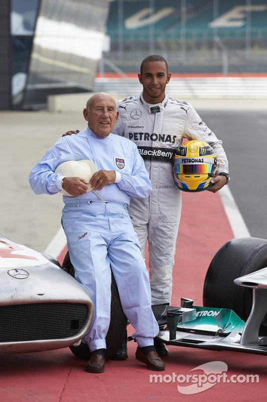 Stirling Moss e Lewis Hamilton posam para fotografias