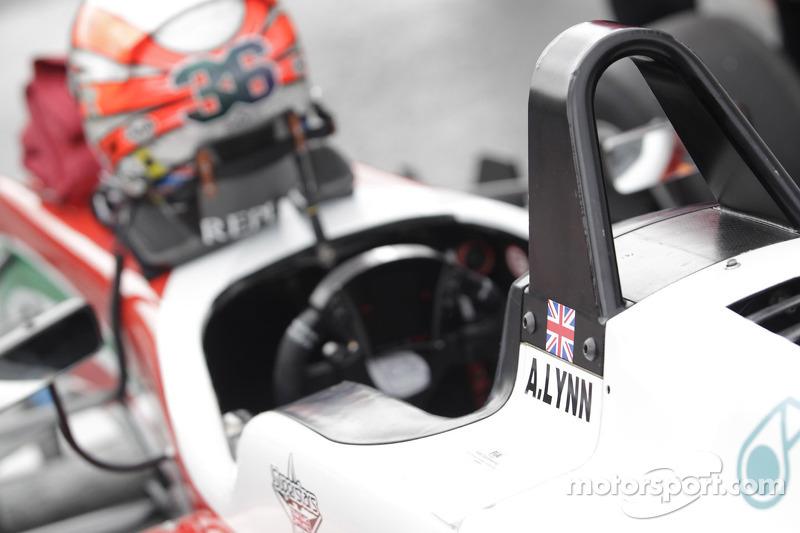 Cockpit van Alex Lynn