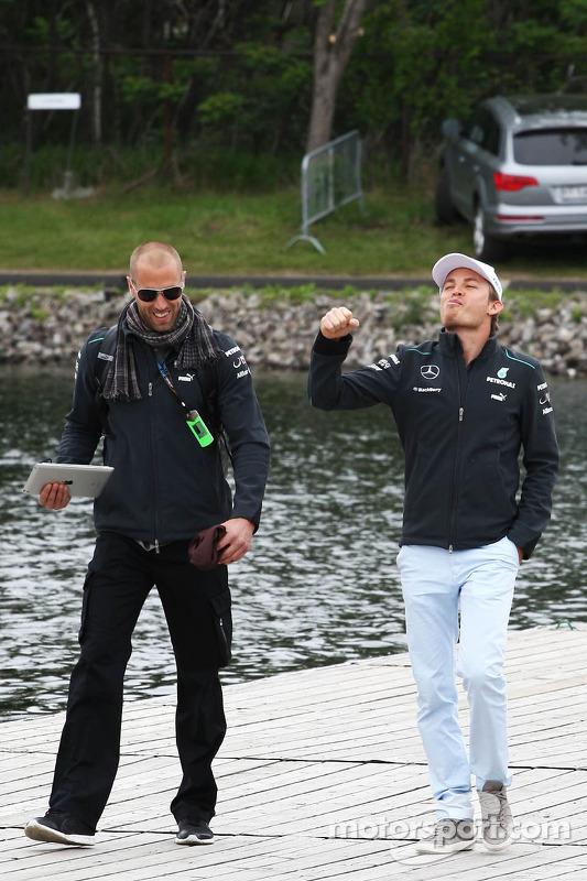 Nico Rosberg, Mercedes AMG F1 com Daniel Schloesser, Mercedes AMG F1 Physio